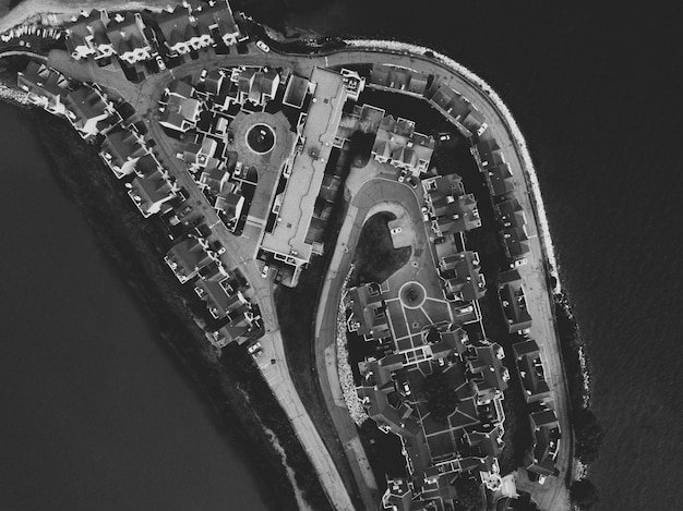 Luchtfoto van een stedelijk eiland in zwart-wit Gratis Foto