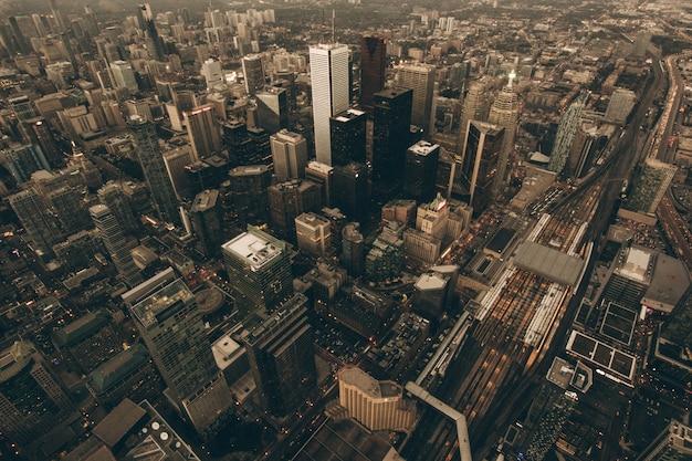 Luchtfoto van een stedelijke stad bij zonsopgang Gratis Foto