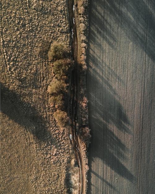 Luchtfoto van een veld met een prachtig landschap van zonsondergang Gratis Foto