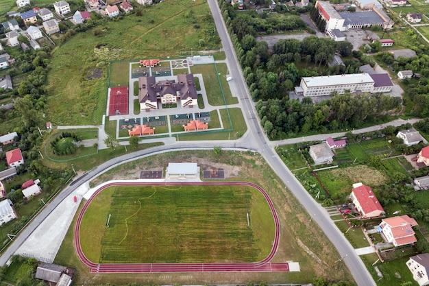 Luchtfoto van een voetbalveld op een stadion bedekt met groen gras. Premium Foto