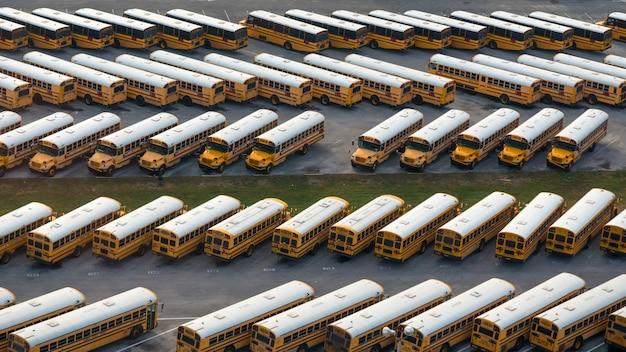 Luchtfoto van gele schoolbussen storting Premium Foto