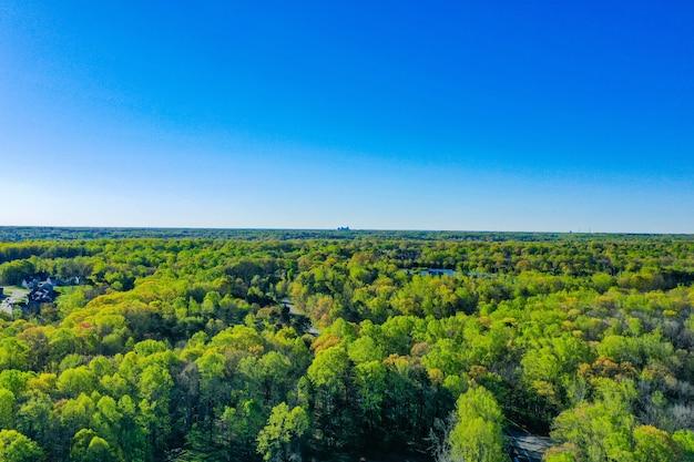 Luchtfoto van greensboro, north carolina, aan de horizon op een heldere lentedag Gratis Foto