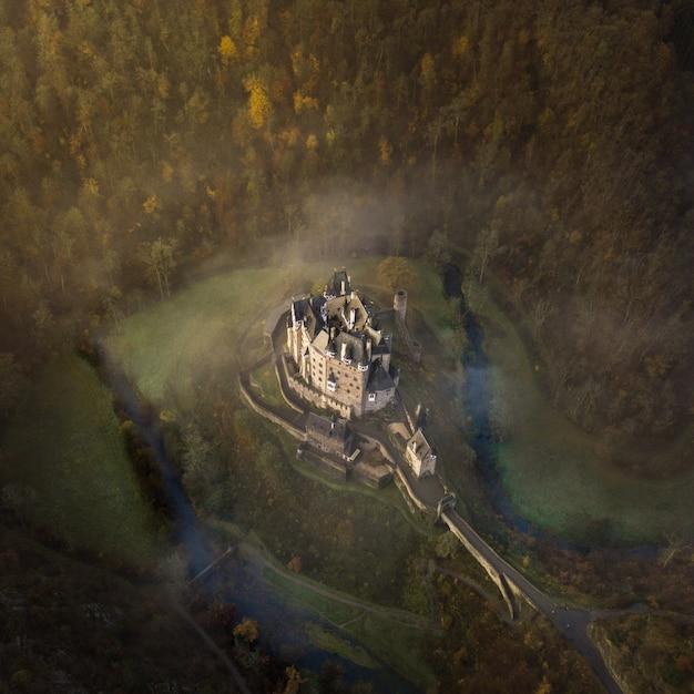 Luchtfoto van het eltz-kasteel omgeven door bomen in wierschem, duitsland Gratis Foto