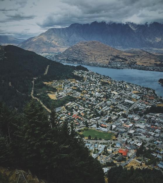 Luchtfoto van het prachtige queenstown in de buurt van het meer met bergen Gratis Foto