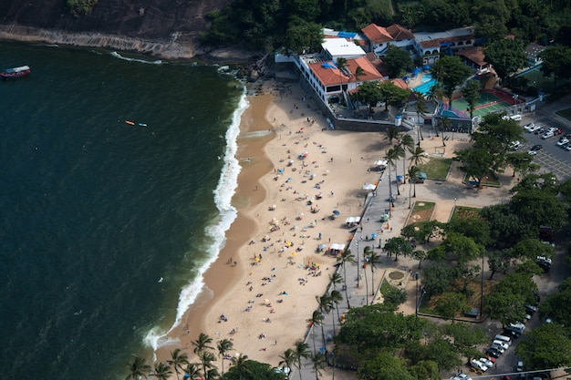 Luchtfoto van het rode strand in urca in rio de janeiro brazilië. Premium Foto