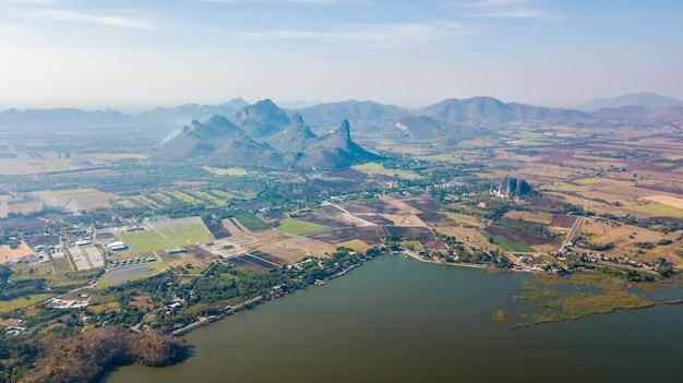 Luchtfoto van het sub lek-reservoir met berg bij nikhom sang ton eng, mueang district, lopburi, thailand Premium Foto