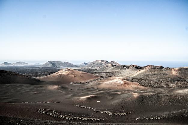 Luchtfoto van het timanfaya national park in lanzarote, spanje bij daglicht Gratis Foto