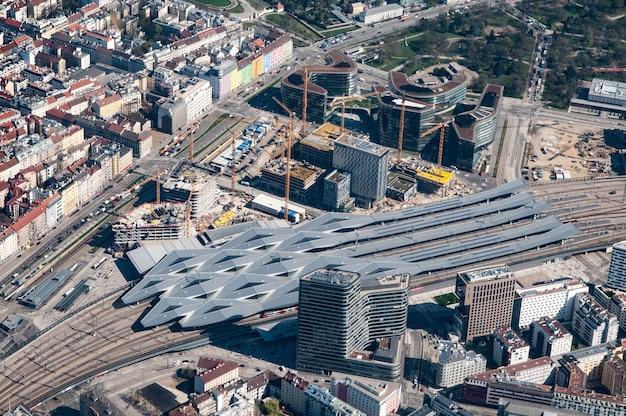 Luchtfoto van het treinstation van wenen, wenen, oostenrijk Gratis Foto
