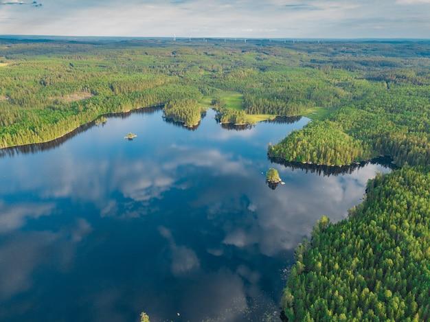 Luchtfoto van het vänernmeer omgeven door verbazingwekkend groen in zweden Gratis Foto