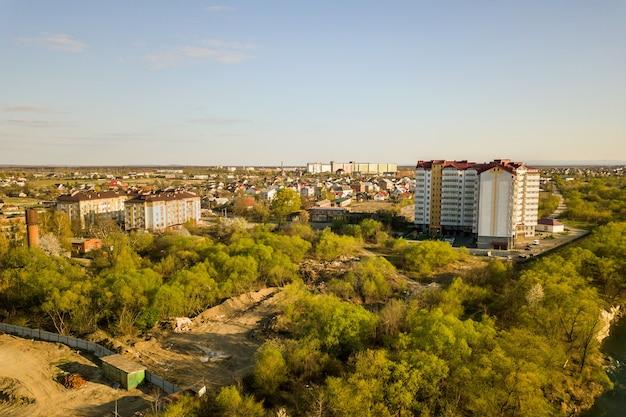 Luchtfoto van hoge residentiële flatgebouw in groene landelijke omgeving in ivano-frankivsk stad, oekraïne Premium Foto