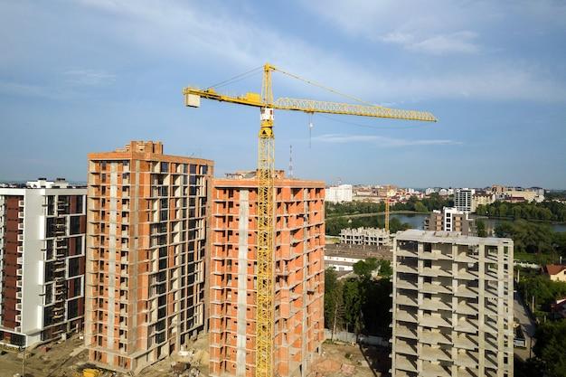 Luchtfoto van hoge residentiële flatgebouwen in aanbouw. vastgoed ontwikkeling. Premium Foto