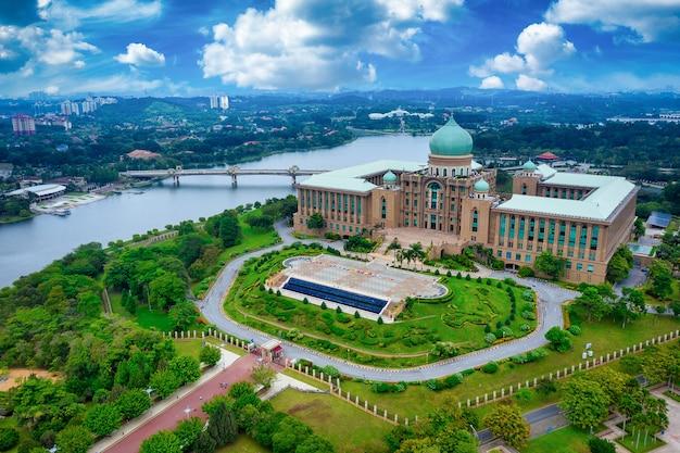 Luchtfoto van jabatan perdana menteri overdag in putrajaya, maleisië Premium Foto