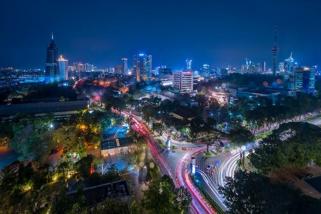 Luchtfoto van jakarta central business district in de schemering (blauw uur). cityscape van djakarta bij zonsondergang. cityscape van jakarta. breedbeeldfoto. java-eiland, indonesië. Premium Foto