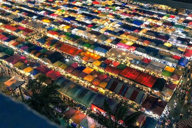 Luchtfoto van kleurrijke markttenten met verlichte lichten 's nachts Gratis Foto