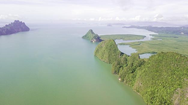 Luchtfoto van landschapsberg en kust thailand Premium Foto