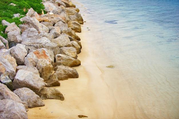 Luchtfoto van lege rotsachtige oludeniz beach Premium Foto