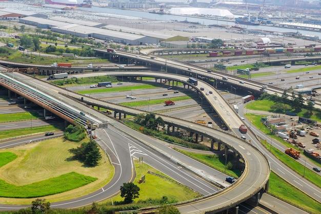 Luchtfoto van lege snelwegknooppunt met verdwijnend verkeer op een brug en straten, wegen en rijstroken kruispunt auto's newark nj usa Premium Foto