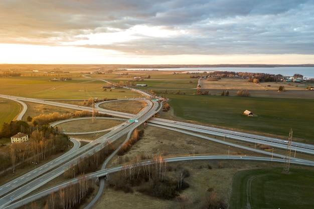 Luchtfoto van moderne snelweg weg kruispunt Premium Foto