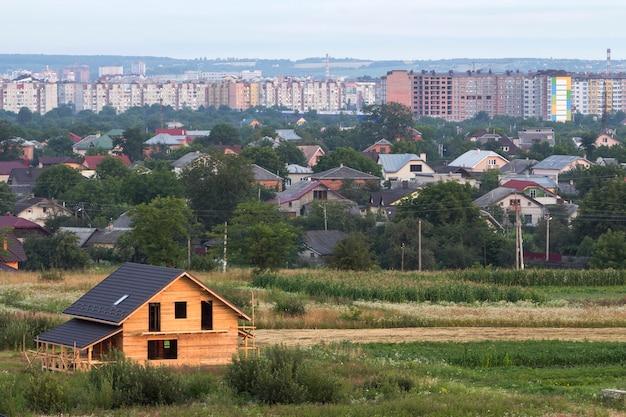 Luchtfoto van nieuwe houten ecologische traditionele huis cottage van natuurlijke hout materialen Premium Foto
