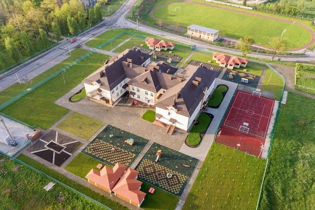 Luchtfoto van nieuwe prescool-gebouw in landelijk woongebied. Premium Foto