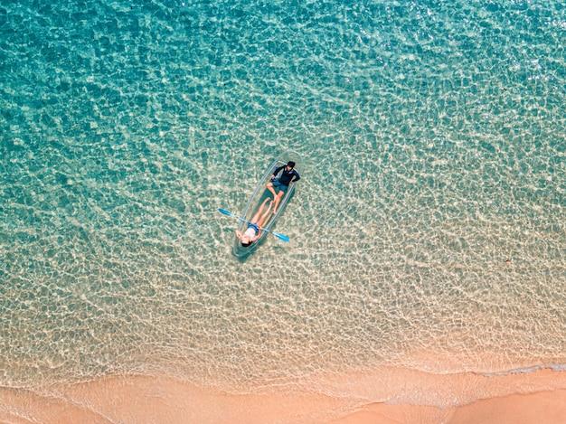Luchtfoto van paar ontspannen in een kajak zomer zeegezicht strand en blauwe zeewater Premium Foto