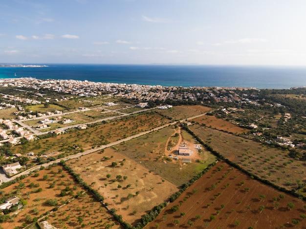 Luchtfoto van prachtige blauwe zee en gebouwen in mallorca, balearen in spanje Gratis Foto