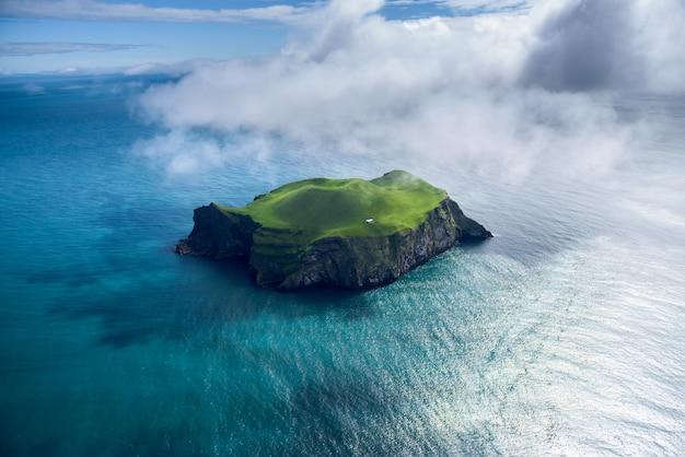 Luchtfoto van prachtige kleine eiland in ijsland Premium Foto