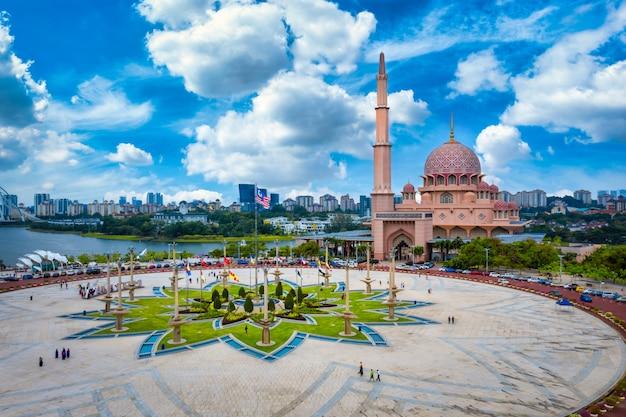 Luchtfoto van putra-moskee met putrajaya city centre met meer bij zonsondergang in putrajaya, maleisië. Premium Foto