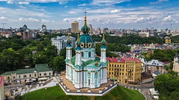 Luchtfoto van saint andrew's kerk en andreevska straat in kiev Premium Foto