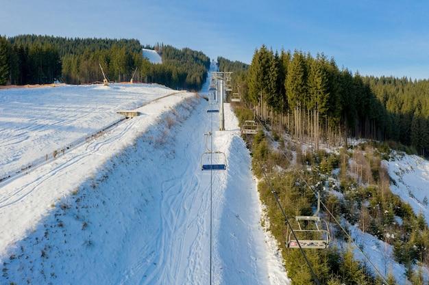 Luchtfoto van skilift op heldere winterdag Premium Foto