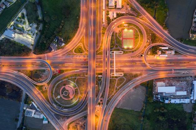 Luchtfoto van snelweg kruispunten bovenaanzicht van stedelijke stad, bangkok in de nacht, thailand. Premium Foto