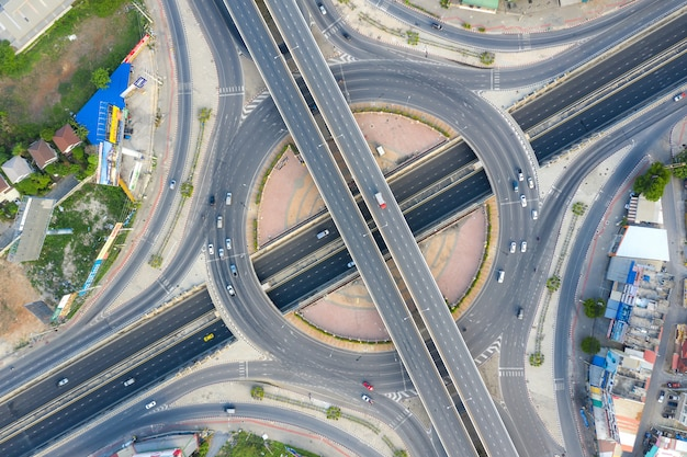 Luchtfoto van snelweg kruispunten bovenaanzicht van stedelijke stad, bangkok, thailand. Premium Foto