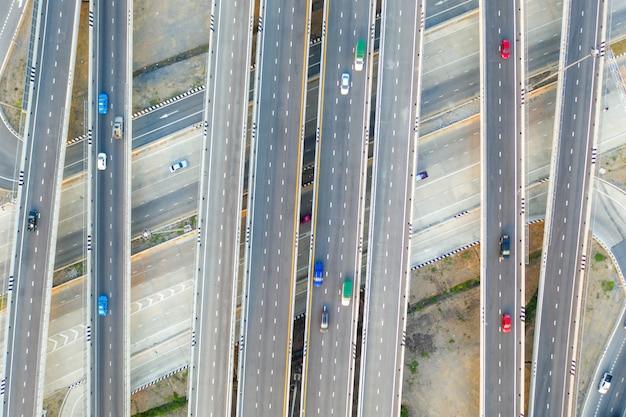Luchtfoto van snelweg kruispunten bovenaanzicht van stedelijke stad Premium Foto