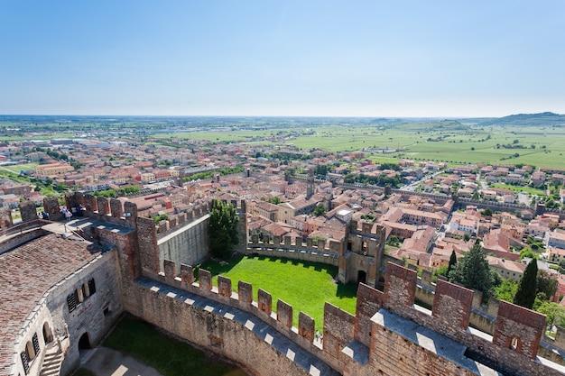 Luchtfoto van soave, middeleeuwse ommuurde stad in italië Premium Foto