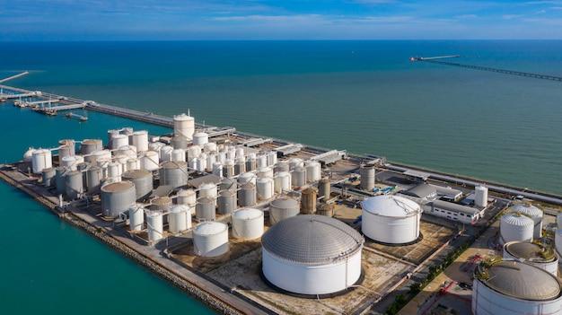 Luchtfoto van tankterminal met veel olieopslagtank en petrochemische opslagtank in de haven, industriële tankopslag luchtfoto. Premium Foto