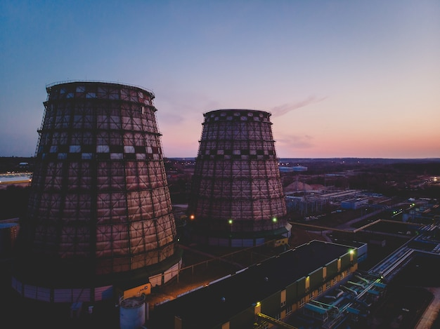 Luchtfoto van twee elektrische centrales tijdens zonsondergang in vilnius Gratis Foto