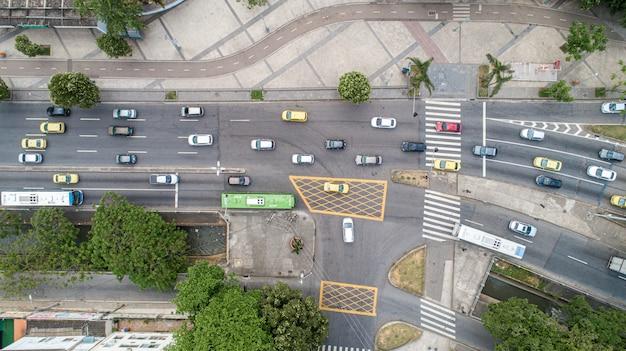 Luchtfoto van verkeer op een straat in rio de janeiro. Premium Foto