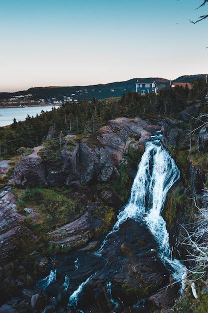 Luchtfoto van watervallen overdag Gratis Foto