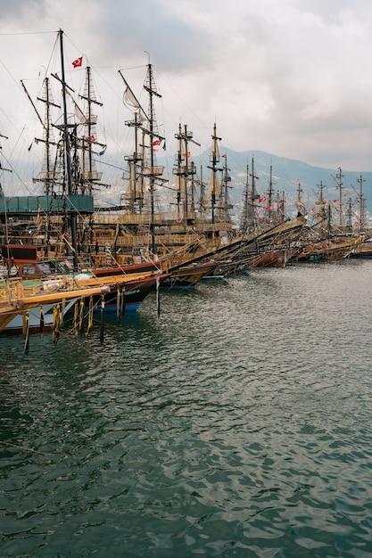 Luchtfoto van zeilboten in de baai van de middellandse zee Gratis Foto