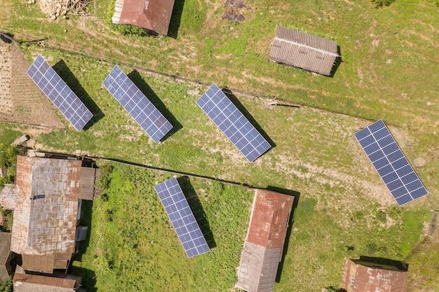 Luchtfoto van zonnepanelen op het platteland. Premium Foto