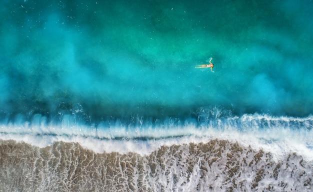 Luchtfoto van zwemmen vrouw in de middellandse zee Premium Foto