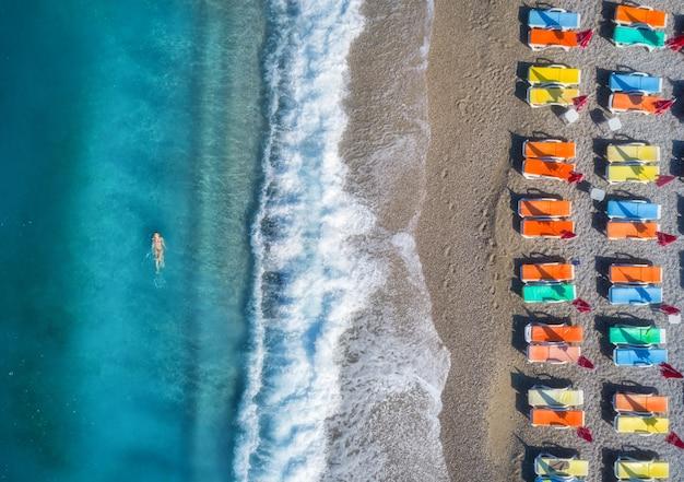 Luchtfoto van zwemmen vrouw in de zee Premium Foto