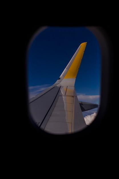 Luchtfoto vanuit een raam vliegtuig tijdens de vlucht. blauwe hemel en wolken achtergrond. reizen concept Premium Foto