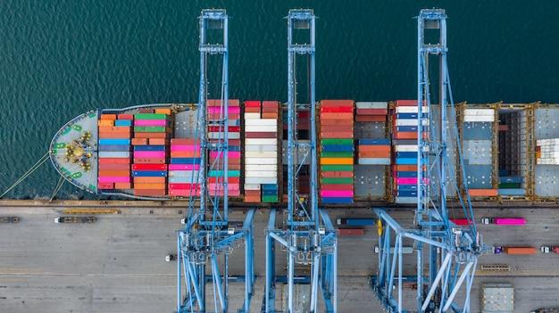 Luchtfoto vrachtschip terminal, lossen kraan van vrachtschip terminal, luchtfoto industriële haven met containers en containerschip. Premium Foto