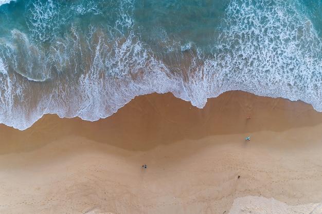 Luchtfoto zandstrand en beukende golven op zanderige kust Premium Foto
