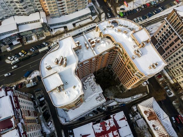 Luchtfoto zwart-wit winter panoramisch bovenaanzicht van moderne stad Premium Foto
