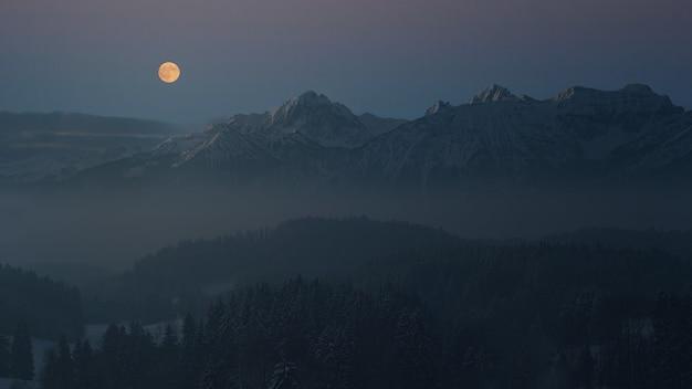 Luchtfotografie van berg bekijken van volle maan Gratis Foto