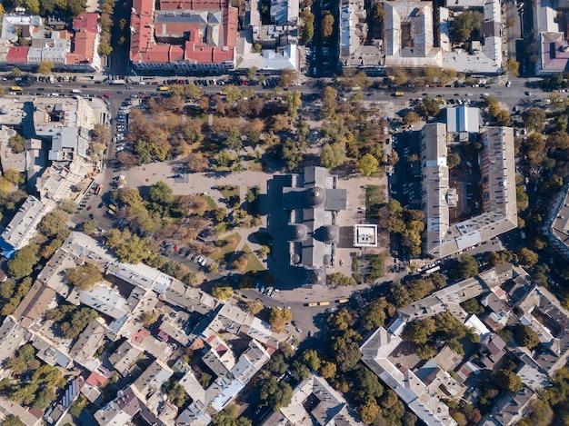 Luchtfotografie van een drone op straat, de spaso-preobrazhensky kathedraal, de daken van huizen en wegen met auto's op een zonnige dag. oekraïne, odessa Premium Foto