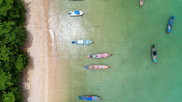 Luchtfotohommel top down van thaise traditionele longtail vissersboten in het tropische zee mooie strand Premium Foto
