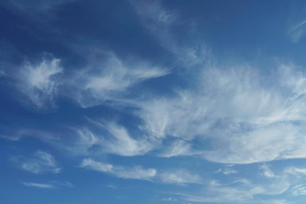 Luchtige wolken in de blauwe lucht Premium Foto